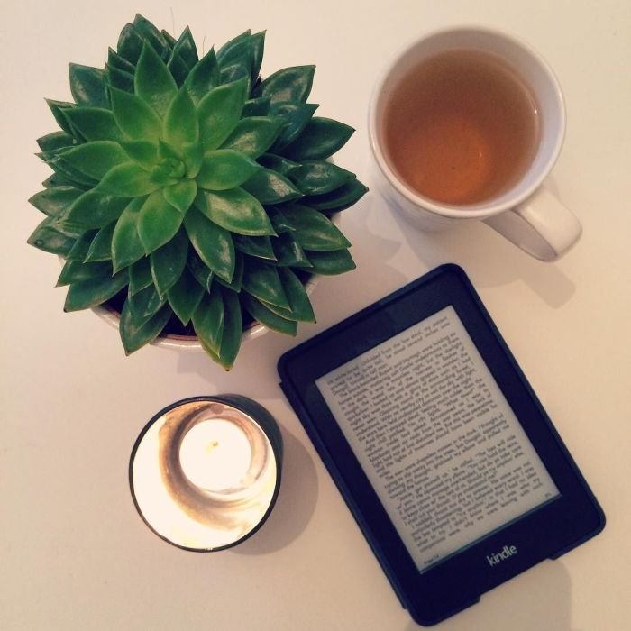 _cosy__day__Kindle__kindlepaperwhite__outlander__currentlyreading__candle__tea__plant_avec_un__thevert__loffrande_-_
